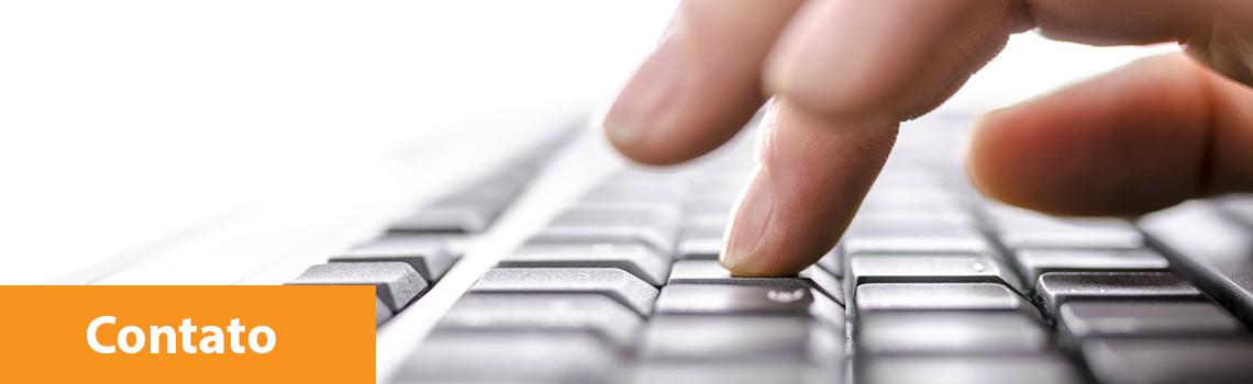 imagem aproximada de uma pessoa digitando em um teclado