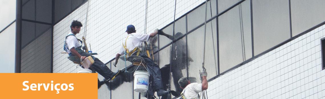 trabalhadores realizando limpeza de janelas e pastilhas