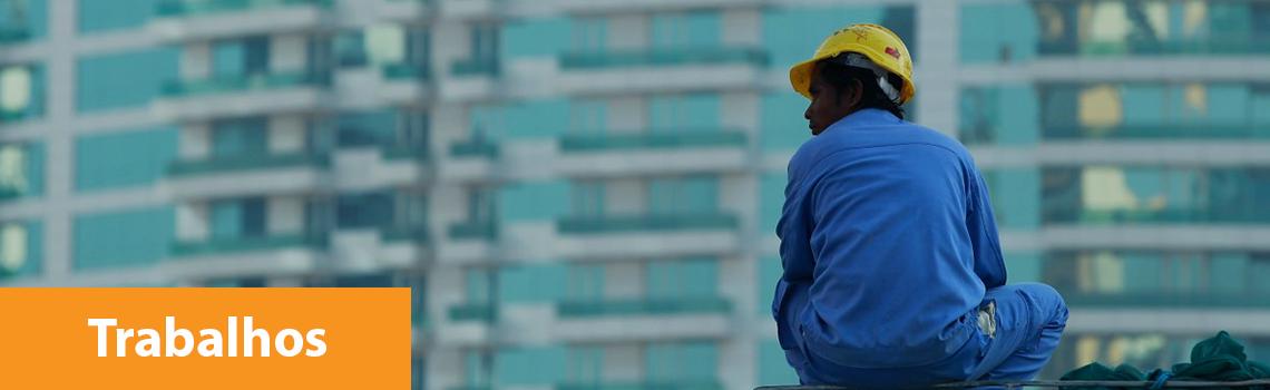 trabalhador uniformizado e com um capacete amarelo
